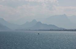 Linea costiera blu a Adalia, Kaleici, Turchia immagine stock