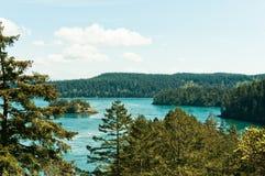 Linea costiera boscosa con le isole Immagini Stock Libere da Diritti