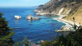 Linea costiera che sembra del nord lungo la costa di California in Big Sur stock footage