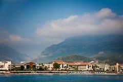 Linea costiera con gli hotel in Kemer e montagna dietro Fotografia Stock