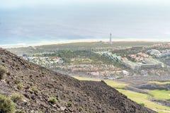 Linea costiera con il faro in Morro Jable, Fuerteventura, isole Canarie, Spagna immagini stock