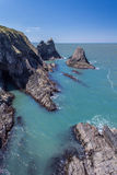 Linea costiera con la caverna del mare fotografie stock libere da diritti