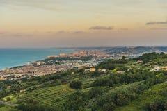Linea costiera dell'Adriatico di vista di sera immagine stock