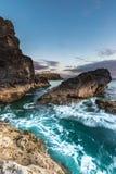 Linea costiera della Cornovaglia irregolare con il movimento dell'onda fotografia stock libera da diritti