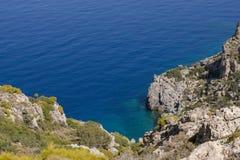 Linea costiera della roccia in Grecia sull'isola Telendos Vista del paesaggio dall'escursione del percorso Fotografia Stock