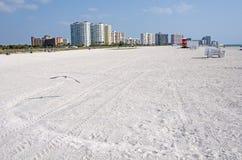 Linea costiera della spiaggia un giorno pieno di sole Immagine Stock Libera da Diritti