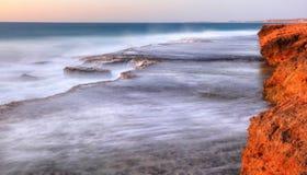 Linea costiera della stazione di Quobba che sembra del nord bluff rosso fotografia stock libera da diritti