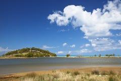 Linea costiera di Antigua con il lago saltwater fotografia stock libera da diritti