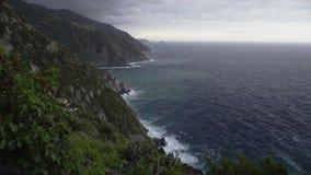 Linea costiera di Cinque Terre, bella vista delle rocce e del mare, paesaggio stupefacente video d archivio