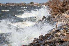 Linea costiera di pietra del mare durante le forti onde Immagine Stock
