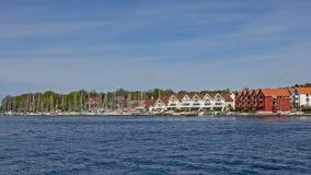 Linea costiera di Stavanger Grasholmen con gli edifici residenziali ed il porticciolo Fotografia Stock