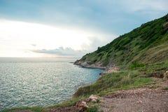 Linea costiera di vista di paesaggio bella con il backgroun del cielo blu e del mare Fotografia Stock Libera da Diritti