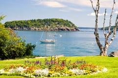 Linea costiera e barca a vela della Maine Immagini Stock