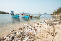 Linea costiera e navi inquinanti Fotografia Stock