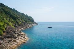 Linea costiera e poca barca Fotografie Stock Libere da Diritti