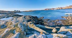 Linea costiera ed acque norvegesi con le piccole scogliere subacquee Fotografia Stock
