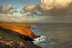 Linea costiera irlandese al tramonto immagini stock libere da diritti