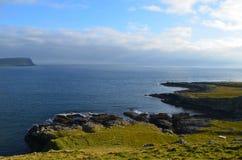 Linea costiera irregolare con Rocky Shore sul punto di Neist in Scozia Fotografia Stock