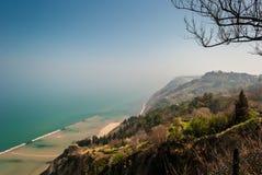 Linea costiera lungo il supporto San Bartolo, vicino a Pesaro Fotografie Stock Libere da Diritti