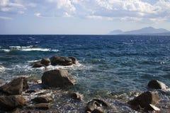 Linea costiera Mediterranea con molte pietre Fotografia Stock Libera da Diritti