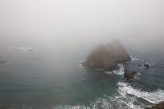 Linea costiera nebbiosa immagini stock