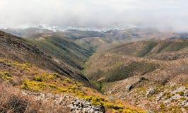 Linea costiera nebbiosa dell'oceano Pacifico da Rocky Ridge Trail Fotografia Stock