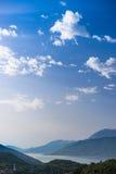 Linea costiera nel Montenegro visto dalla chiesa sulla montagna Fotografie Stock
