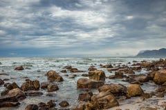 Linea costiera rocciosa Immagini Stock
