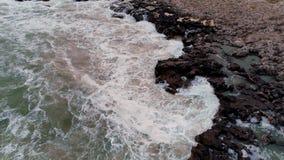 Linea costiera rocciosa con le onde di schianto, vista aerea del fuco stock footage