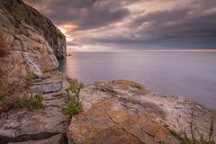 Linea costiera rocciosa della scogliera ad alba immagine stock libera da diritti