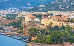 Linea costiera rocciosa di Sorrento - destinazione turistica popolare nell'AIS Fotografie Stock