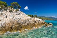 Linea costiera rocciosa e una bella chiara acqua Fotografia Stock