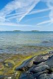 Linea costiera rocciosa scandinava Fotografie Stock Libere da Diritti