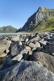Linea costiera rocciosa sulle isole di Lofoten, Norvegia Immagine Stock