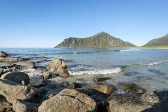 Linea costiera rocciosa sulle isole di Lofoten, Norvegia Fotografia Stock Libera da Diritti