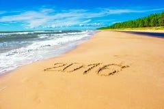 Linea costiera romantica con il numero 2016 sulla sabbia Fotografie Stock
