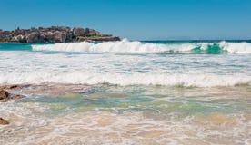 Linea costiera scenica con cielo blu ed il sole Immagini Stock Libere da Diritti