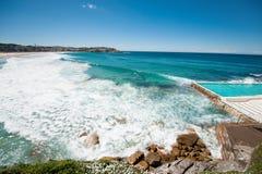 Linea costiera scenica con cielo blu ed il sole Fotografia Stock