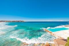 Linea costiera scenica con cielo blu ed il sole Fotografie Stock