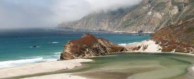 Linea costiera scenica della montagna Fotografie Stock Libere da Diritti