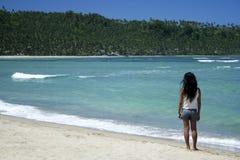 Linea costiera selvaggia della ragazza tropicale della spiaggia delle Filippine Immagini Stock
