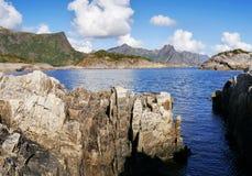 Linea costiera selvaggia e rocciosa sulle isole di Lofoten norway Fotografia Stock