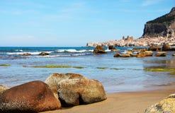 Linea costiera vicino al cefalu, nella luce del giorno, con il mare Fotografia Stock