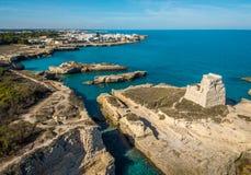 Linea costiera vicino a Roca Vecchia, provincia di Lecce, nella regione di Salento di Puglia, l'Italia del sud immagine stock libera da diritti