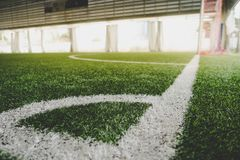 Linea d'angolo di campo di formazione di calcio dell'interno Fotografie Stock