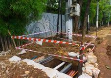 Linea d'avvertimento che circonda un foro Jakarta contenuta foto Indonesia immagini stock