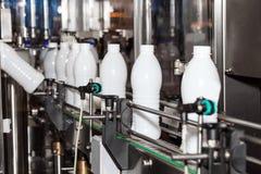 Linea d'imballaggio delle bottiglie per il latte immagine stock