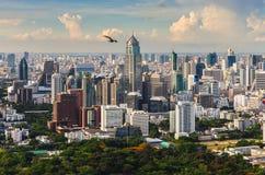 Linea del cielo di Bangkok con il parco enorme Immagine Stock