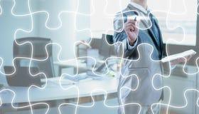 Linea del puzzle di tiraggio dell'uomo d'affari, strategia aziendale fotografia stock