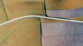 Linea del ` s della terra Una prospettiva verticale del fuco dei colori e delle forme del ` s di messa a terra Campi agricoli Fotografia Stock